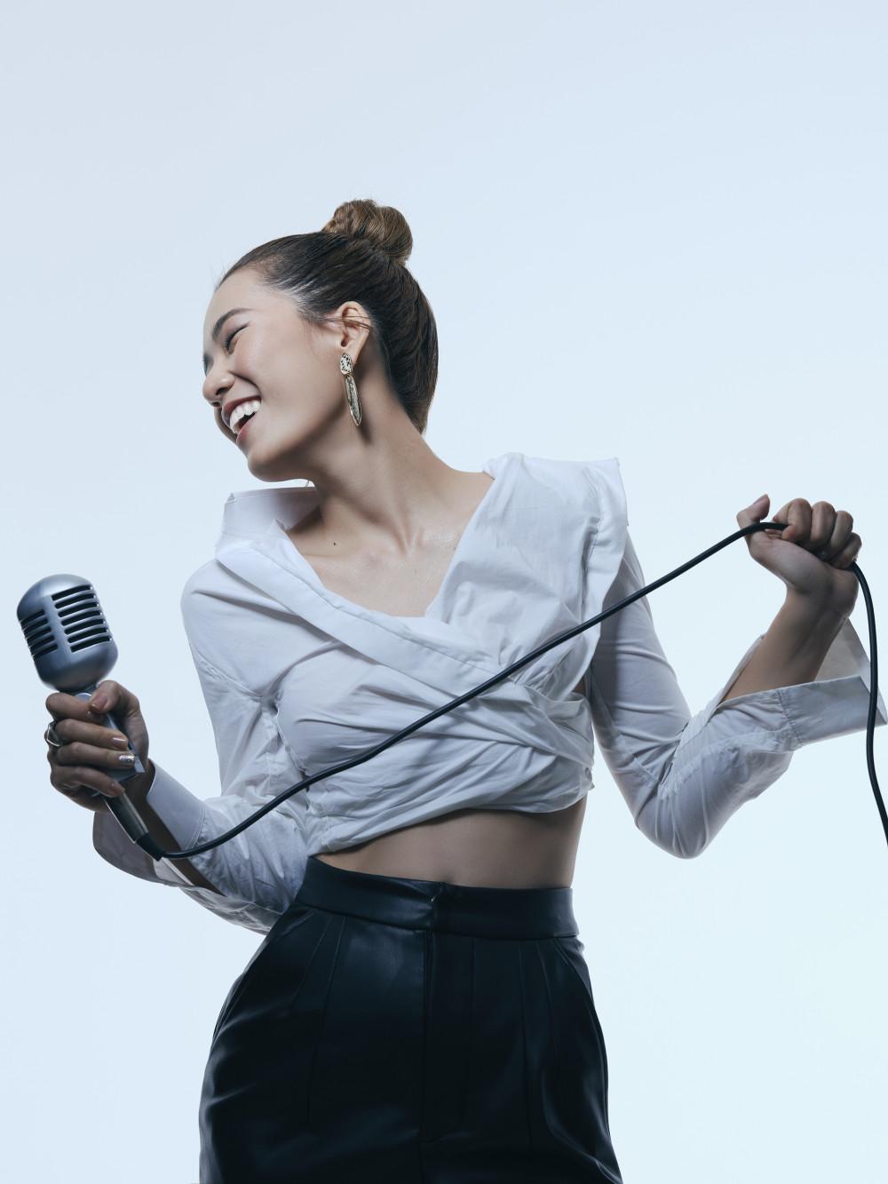 Theo nhạc sĩ Quốc Bảo, giọng ca của Trini tương đối lạ, giọng khoẻ và có cách xử lý bài khá tinh tế.