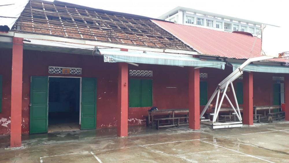 Một góc mái tôn căng tin trường THPT Hai Bà Trưng tốc mái