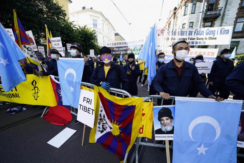 Người biểu tình cầm cờ Tibetian trong cuộc biểu tình trong chuyến thăm của Bộ trưởng Ngoại giao Trung Quốc Vương Nghị tới Na Uy