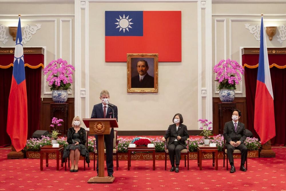 Milos Vystrcil, chủ tịch Thượng viện Séc, phát biểu trong cuộc gặp với Tổng thống Tsai Ing-wen của Đài Loan, thứ hai từ phải sang, tại Đài Bắc vào ngày 3 tháng 9. Chuyến thăm Đài Loan của ông đã bị Trung Quốc chỉ trích.