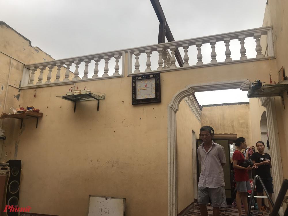 Bão đổ bộ khiến nhiều ngôi nhà ở thị trấn Thuận An tốc mái