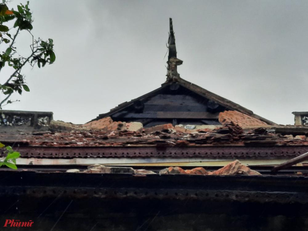 Gió bão đã làm một phần mái ngói điện Thái Hòa  - Đại Nội Huế bị đổ sập