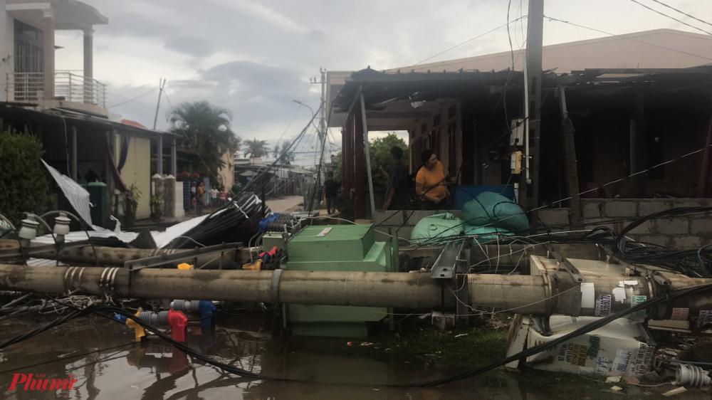 Sáng nay gió bão giật câp 10 khiến trạm biến áp tại thị trấn Thuận An ( huyện Phú Vang, Thừa Thiên- Huế) đã bị đổ sập