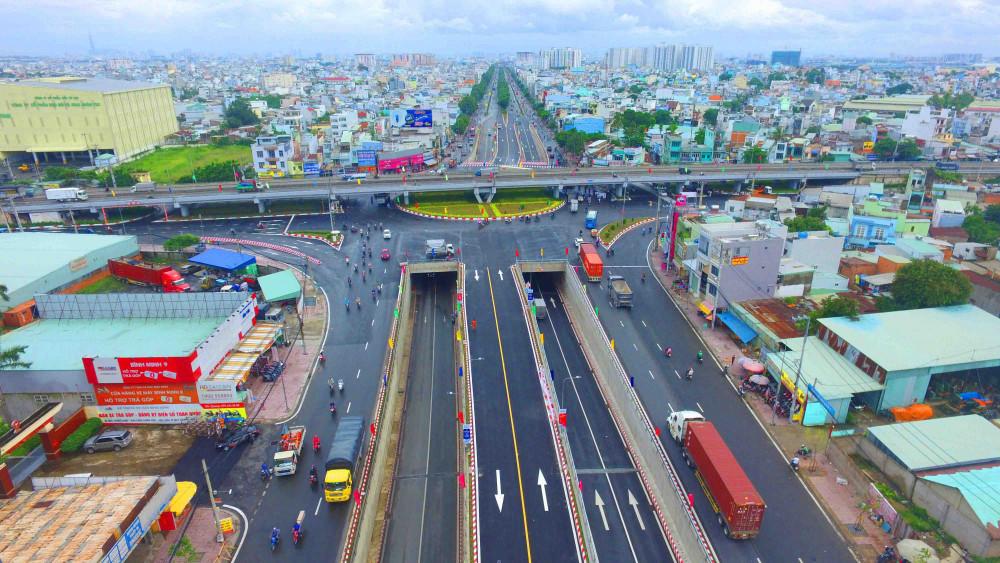 Hai hầm chui cho xe lưu thông 2 chiều qua nút giao An Sương, nối liền Hóc Môn - Quận 2, giúp giải tỏa ắc tắc giao thông, điểm đen về tai nạn giao thông nơi đây.
