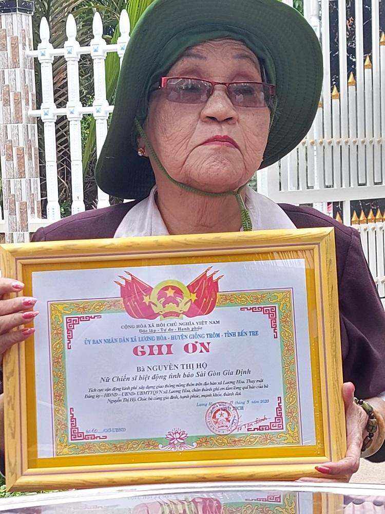 UBND xã Lương Hòa trao giấy ghi ơn đến cô Sáu Hộ