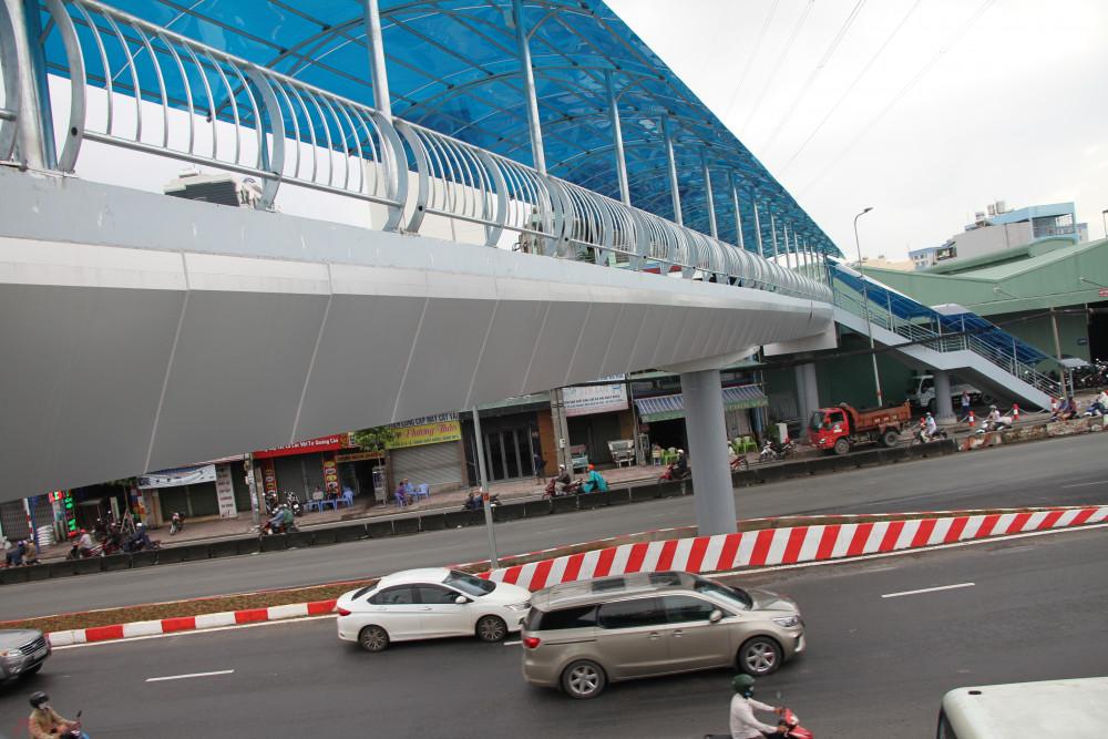 Ngoài việc hoàn thiện hạ tầng nút giao, một cầu vượt dành cho người đi bộ qua lại trước Bến Xe An Sương cũng đã hoàn thành, khiến việc đi lại của người dân qua QL22 được dễ dàng, thuận tiện hơn.