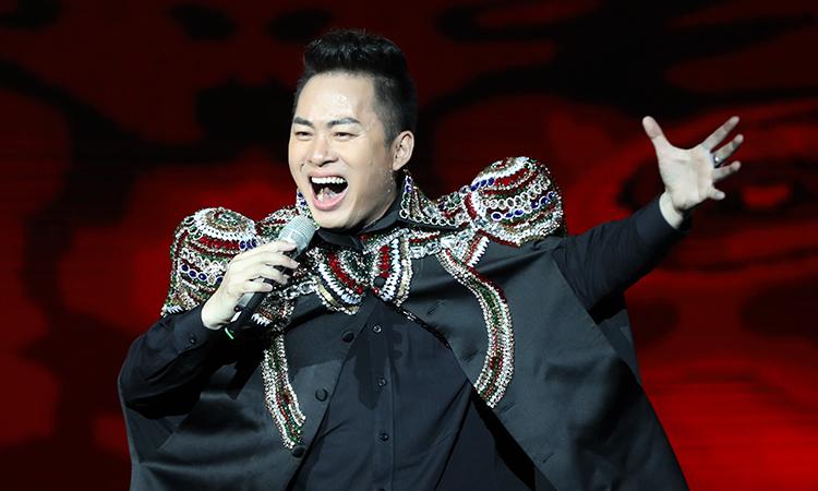 Ca sĩ Tùng Dương hát trong đêm nhạc Khúc hát phiêu ly hồi tháng 7