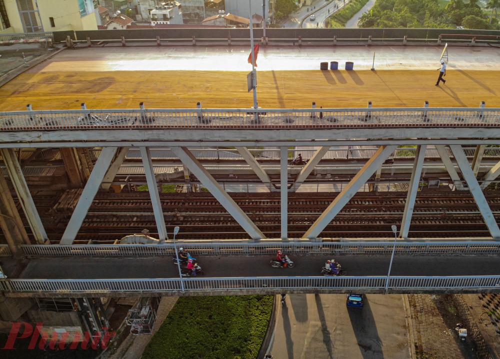 Do cầu Thăng Long có 2 tầng. Tầng dưới dùng chung cho đường sắt và đường bộ vẫn được sử dụng để phục vụ cho người đi xe máy qua lại hai bên sông Hồng. hướng dẫn xe tải, xe khách liên tỉnh từ phía Nam ra Bắc và ngược lại đi theo cầu Hưng Hà, cầu Thanh Trì, cầu Vĩnh Thịnh để tránh cầu Thăng Long.  Riêng nội thành Hà Nội có 16 tuyến xe buýt đi qua cầu Thăng Long sẽ chuyển sang đi cầu Nhật Tân ở hạ lưu cầu Thăng Long. Các tuyến xe khách từ bến xe Mỹ Đình, Yên Nghĩa đi qua cầu Nhật Tân thay vì cầu Thăng Long.