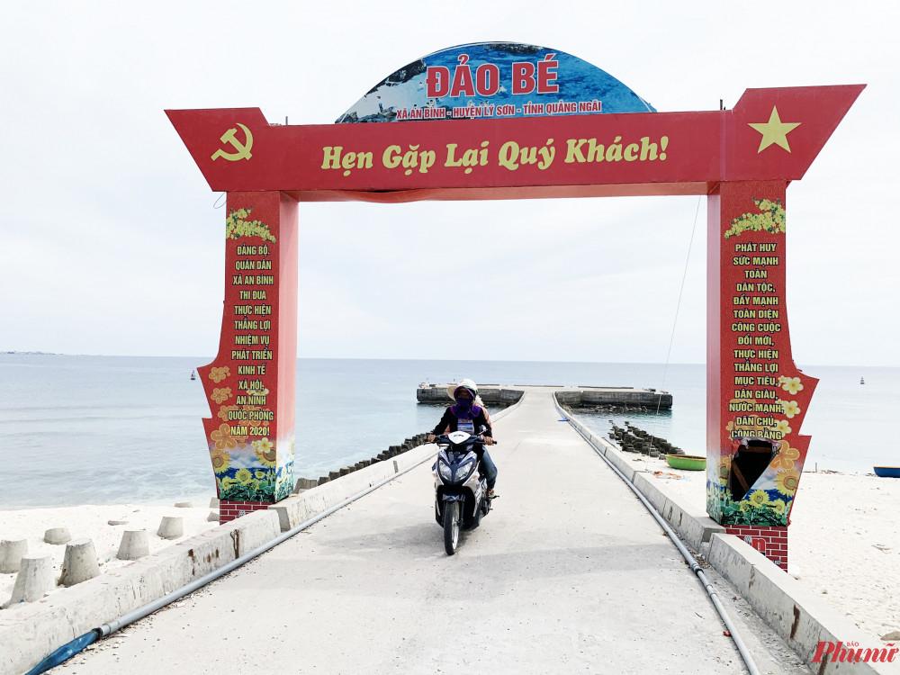 Nhiều phụ nữ chạy xe ôm chở khách trên đảo Bé