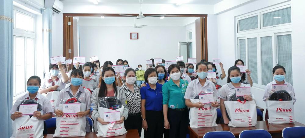 Các em vui mừng trong ngày nhận học bổng'Nữ sinh hiếu học, vượt khó' của Báo Phụ nữ TPHCM