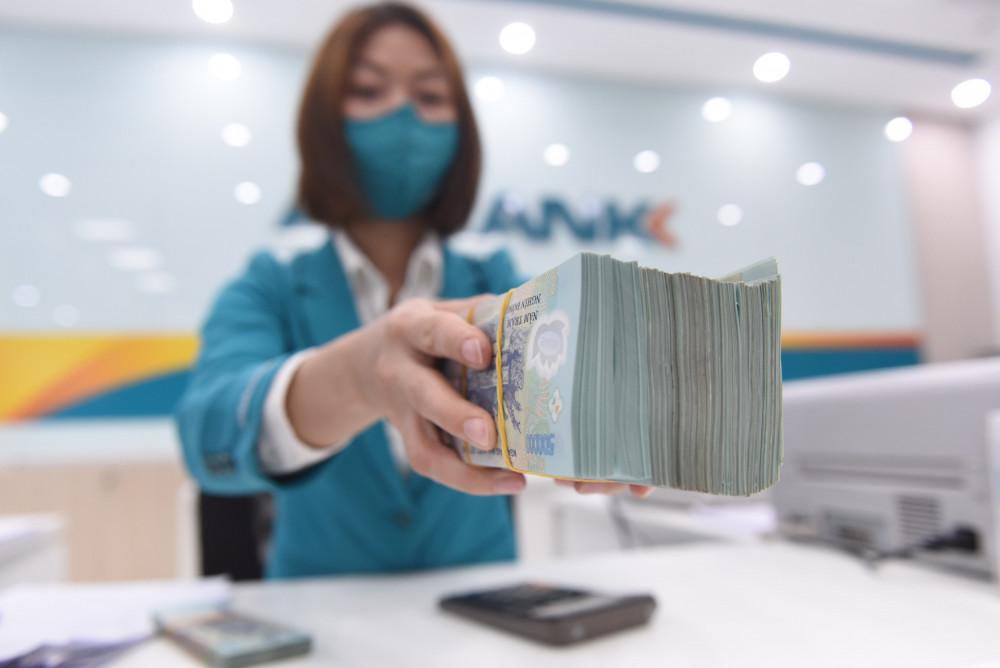 Do tăng trưởng tín dụng thấp nên các ngân hàng tiếp tục hạ lãi suất huy động lẫn cho vay