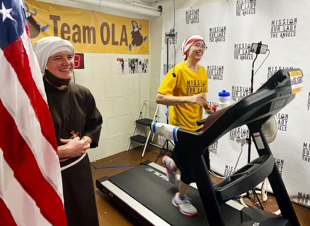 Xơ Stephanie Baliga đang thực hiện đúng 42km theo quy định marathon  trên máy chạy bộ trong tầng hầm nhà thờ Mission of Our Lady of the Angels ở Chicago - Ảnh: AP