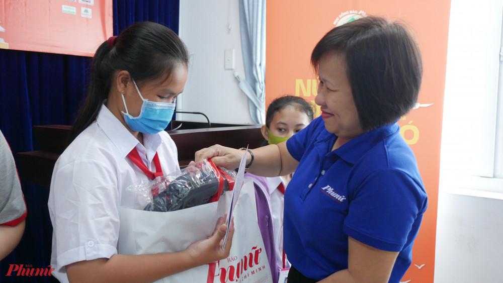 Bà Tạ Thị Nam Hồng - Phó Tổng biên tập Báo tặng học bổng cho các em