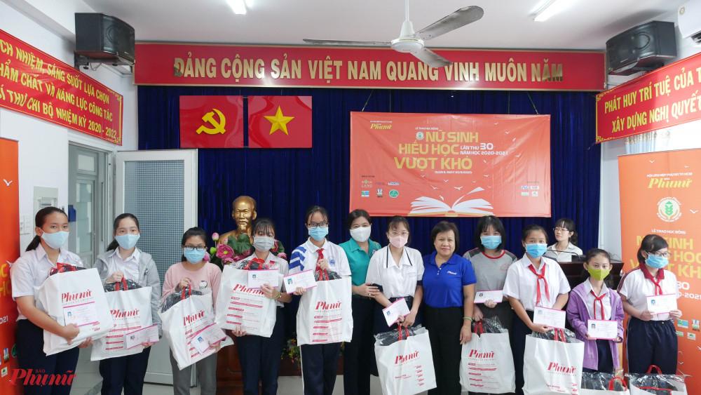 Bà Nguyễn Trần Phượng Trân – Chủ tịch Hội LHPN TPHCM và Bà Tạ Thị Nam Hồng - Phó tổng biên tập Báo tặng học bổng cho các em