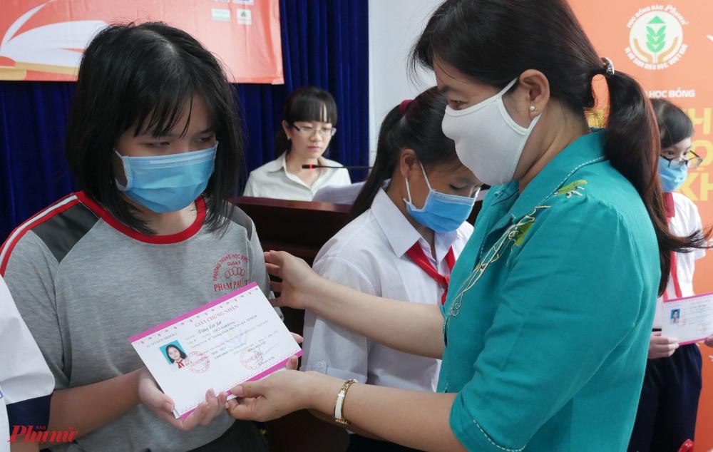 Bà Nguyễn Trần Phượng Trân – Chủ tịch Hội LHPN TPHCM tặng học bổng cho các em