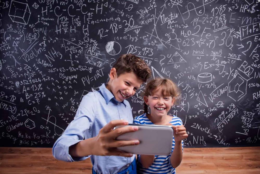 Một số ý kiến cho rằng, sử dụng smartphone trong lớp sẽ giúp ích cho các tiết học như: thực hành làm phim hoặc chụp ảnh - Ảnh: cgmtech