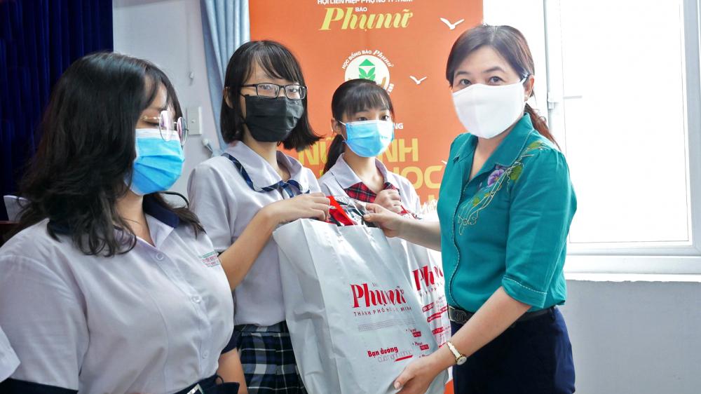 Bà Nguyễn Trần Phượng Trân - Chủ tịch Hội LHPN TP.HCM tặng học bổng cho các em