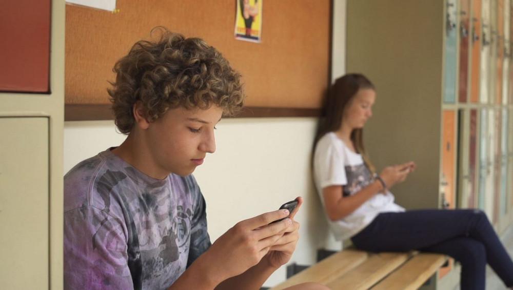 """Học sinh thường dán mắt vào điện thoại bất cứ lúc nào có thể - Ảnh từ bộ phim tài liệu """"Thế hệ màn hình: Lớn lên trong thời đại kỹ thuật số"""" của Delaney Ruston"""
