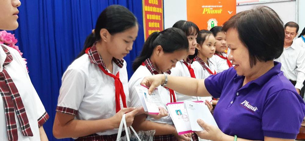 Bà Tạ Thị Nam Hồng - Phó tổng biên tập Báo Phụ Nữ TP.HCM - trao quà và học bổng cho nữ sinh ở xã đảo Thạnh An, H.Cần Giờ