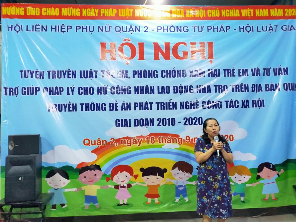 Luật sư Trần Thị Ngọc Nữ chia sẻ với chị em công nhân những nguyên tắc bảo vệ trẻ em trước vận nạn lạm dụng, xâm hại tình dục.