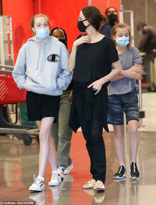 Angelina Jolie cùng các con đi mua sắm.