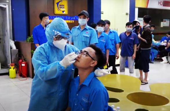 Lấy mẫu xét nghiệm COVID-19 tại chợ đầu mối Bình Điền, TP.HCM. Ảnh: HCDC