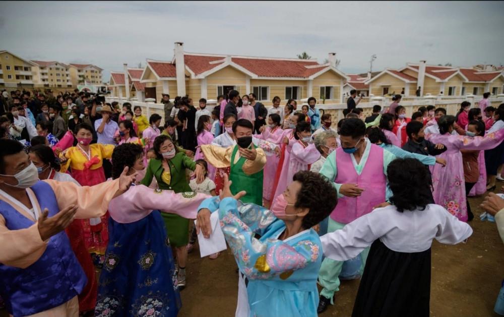Người dân Triều Tiên múa hát khi nhận những ngôi nhà mới
