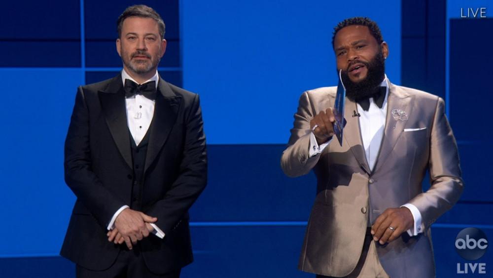 Nam diễn viên Anthony Anderson (bên phải) cạnh MC Jimmy Kimmel, công bố Watchmen thắng giải Series giới hạng xuất sắc. Nam diễn viên có phần phát biểu khá dài về giải thưởng năm nay cũng như nói về cống hiến của các diễn viên da màu trước khi công bố bộ phim chiến thắng.