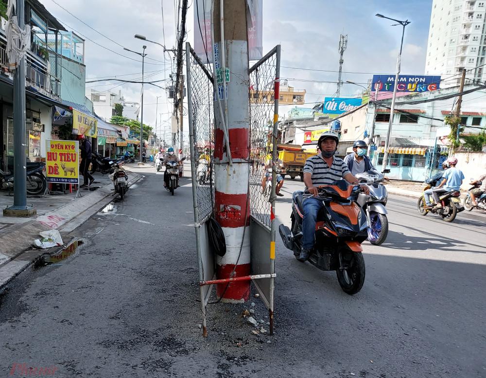 Đơn vị thi công đã làm rào chắn sắt, quét sơn đỏ để cảnh đảm bảo an toàn cho người đi đường.