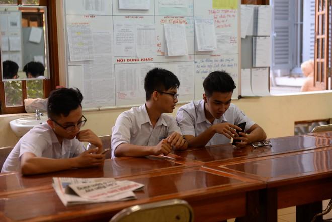 Cho học sinh dùng điện thoại sẽ lợi bất cập hại?