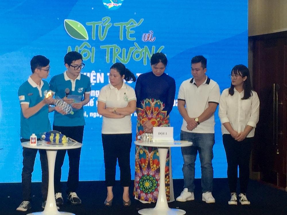 """Bà Hà Thị Nga - Chủ tịch Hội LHPN Việt Nam tham gia hoạt động tái chế đèn lồng con cá từ vỏ chai nhựa tại sự kiện truyền thông trực tuyến """"Tử tế vì môi trường"""""""