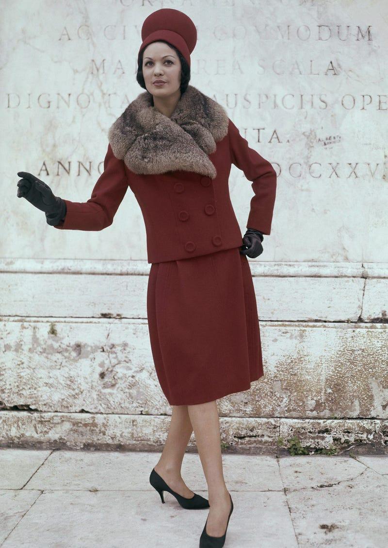 Năm 1960-1961  phụ nữ thường xếp nhiều lớp áo khoác rộng bên ngoài những chiếc váy phù hợp và hoàn thiện bộ quần áo của họ bằng cách phối hợp mũ, găng tay và giày cao gót ngắn.