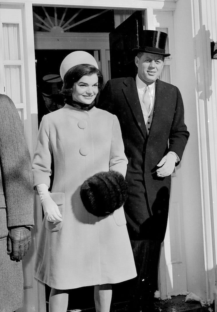 Năm 1962: Phong cách thời trang của Đệ nhất phu nhân, Jacqueline Kennedy Onassis đã trở nên phổ biến hơn với mốt áo khoác dáng dài tay lửng mix cùng găng tay, mũ hộp.