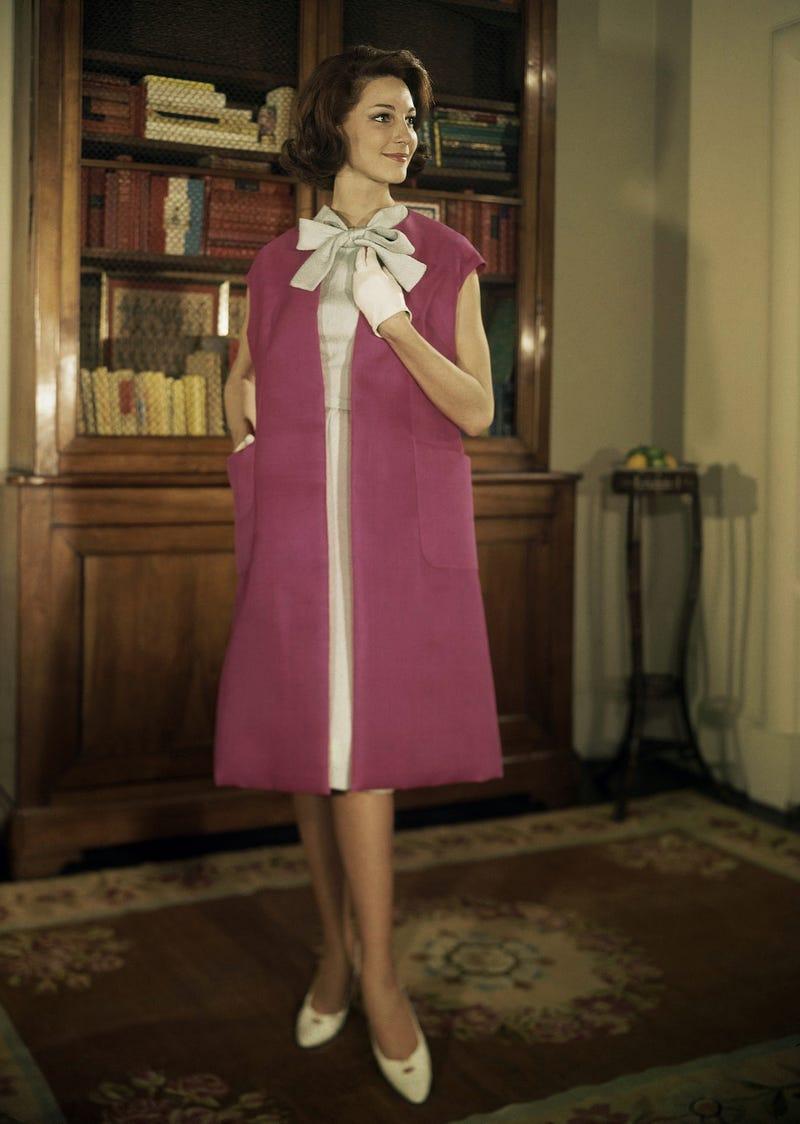 Năm 1963: Váy đính kết nơ ở cổ mang đến vẻ đẹp nữ tính, duyên dáng cho phái đẹp. Phong cách này vẫn được mặc thường xuyên cho đến ngày nay - thậm chí đôi khi nó còn là một tuyên bố thời trang chính trị.