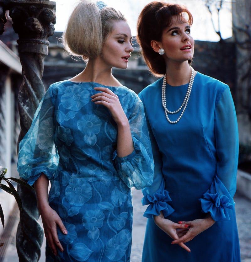 Năm 1964: Vào giữa những năm 60, phụ nữ thường mặc trang phục có thiết kế rộng rãi và có màu sắc đậm. Trong thời gian này, các màu sắc trung tính đã được thay thế bằng các hình in táo bạo. Vải sheer cũng được sử dụng phổ biến hơn trong suốt những năm 1960.