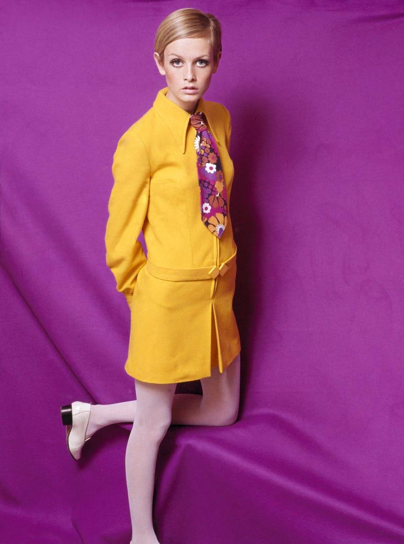 Năm 1967: Xu hướng váy ngắn phổ biến ở khắp mọi nơi. Phụ nữ thời bấy giờ thường tạo kiểu váy ngắn với quần bó sặc sỡ, hoặc tất lưới, tất da... để tăng thêm vẻ quyến rũ.