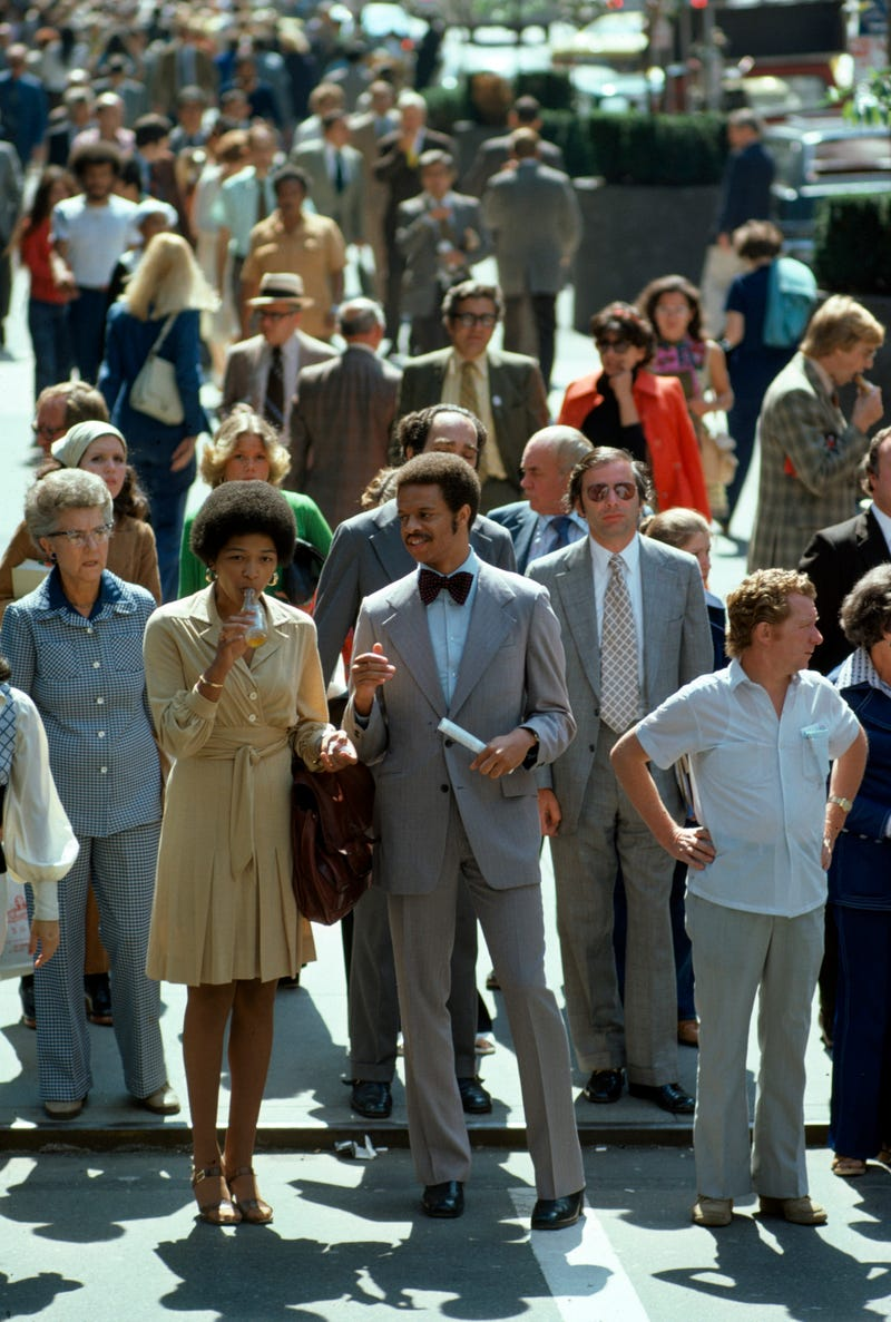 Năm 1974: Là thời điểm mà cả nam và nữ đều mặc vest. hững chiếc váy kiểu suit đã trở thành mốt, Phong cách này có nghĩa là trông giản dị và được mặc ở bất cứ đâu, trừ trong văn phòng hoặc trong những dịp trang trọng.