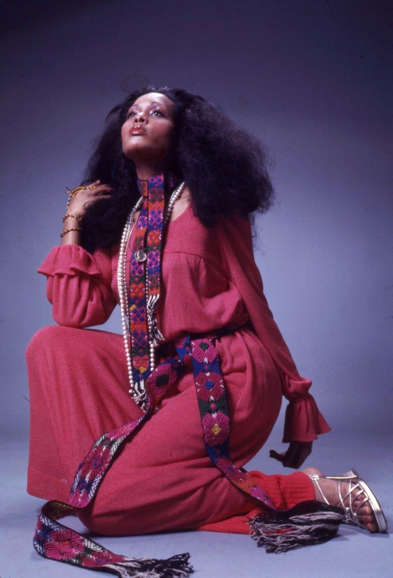 Năm 1975: Xu hướng jumpsuit (áo liền quần) bắt đầu thịnh hành.  Kể từ khi phong cách lấy cảm hứng từ disco vẫn còn phổ biến vào năm 1975, nhiều bộ áo liền quần có chân ống rộng và ống tay bồng.