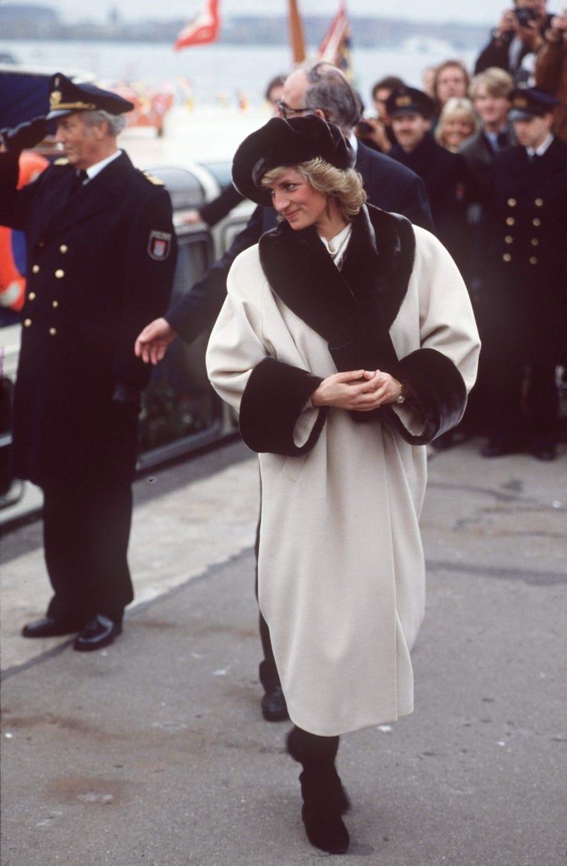 Năm 1989: Bước vào thập niên 90, xu hướng đồ lông thú giả thịnh hành. Những chiếc áo khoác ngoài được là từ lông mang đến cho phụ nữ vẻ đẹp sang trọng, sành điệu.