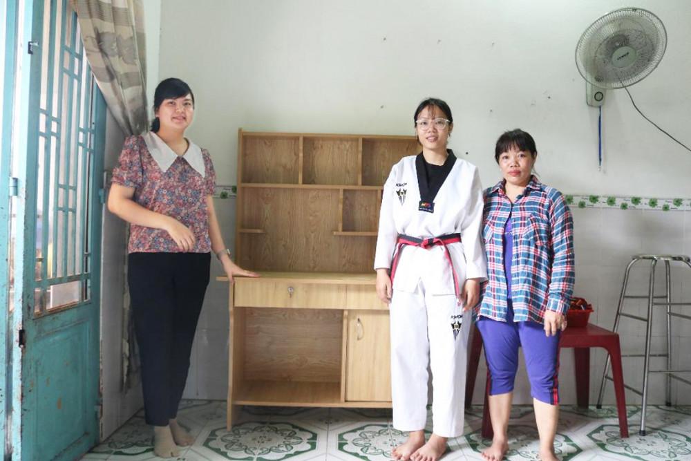 Chị Ông Thị Ngọc Hà (trái) - Chủ tịch Hội Phụ nữ P.Thạnh Mỹ Lợi, Q.2 - tặng bàn học mới cho Thúy Hằng