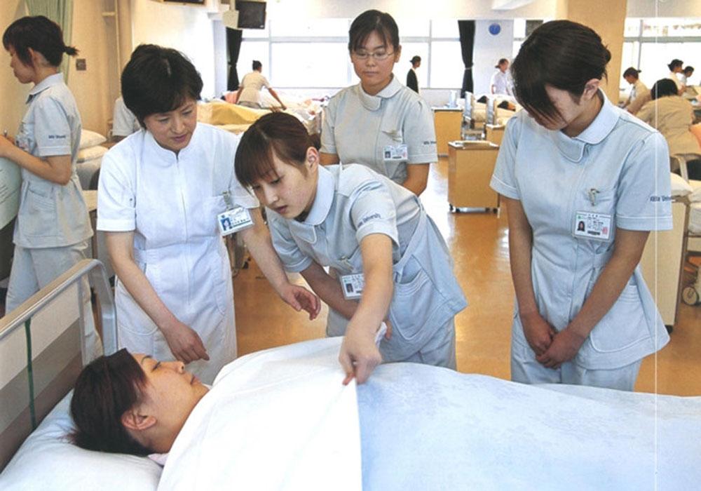 Điều dưỡng, chăm sóc người già là những nghề có số lượng lớn người lao động đến từ Việt Nam và Philippines. Trong ảnh là các học viên đang tham gia khóa đào tạo nghề tại Việt Nam trước khi sang Nhật - Ảnh tư liệu