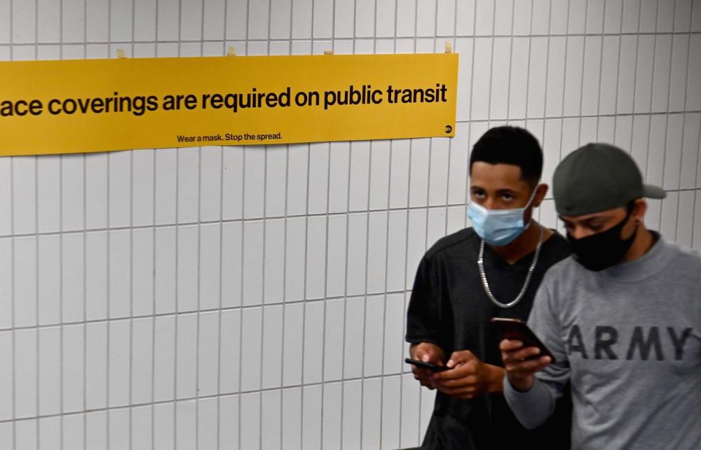 Đeo khẩu trang vẫn là một trong những biện pháp cơ bản nhất để phòng chống sự lây truyền của coronavirus khi đến chổ đông người - Ảnh: Angela Weiss/AFP/Getty Images