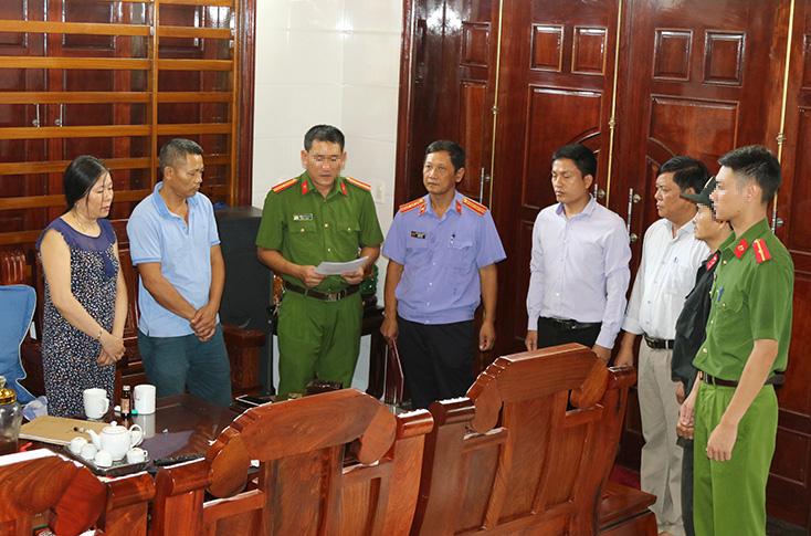 Lực lượng chức năng Quảng Bình  tiến hành các thủ tục khám xét khẩn cấp nơi ở các đối tượng. Ảnh: Công an Quảng Bình