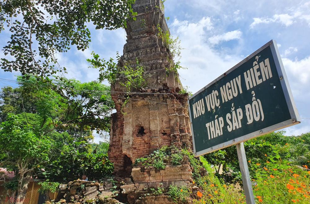 Theo người dân địa phương, xưa kia tháp còn nguyên vẹn, nhiều cây cổ thụ bao bọc xung quanh, nay chỉ còn lại mỗi cây bồ đề.