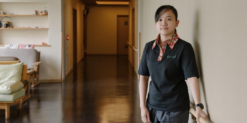 Cô Menchie Yunson tìm được việc làm mới tại viện dưỡng lão ngay sau thôi việc ở một công ty sản xuất thiết bị nhà tắm - Ảnh: Hiroshi Okamoto/WSJ