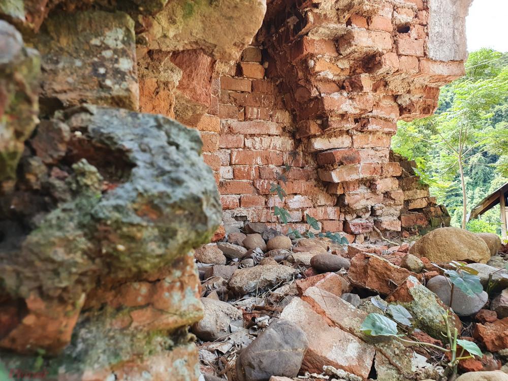 Sau những trận bão lũ liên miên, chân tháp sụt dần và vỡ ra khiến tháp bị nghiêng. Phần lớn thân tháp đã bị bong tróc, phô ra những hàng gạch đỏ thẫm.
