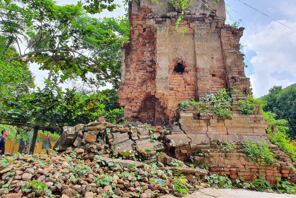 Xung quanh thân tháp cổ này trước đây từng có rất nhiều tượng bằng đồng, xung quanh chân tháp cũng có những bức tượng lớn đặt trước các mặt tháp song nay đều đã mất cắp. Thậm chí mắt tháp bằng thủy tinh trên đỉnh tháp cũng đã bị bắn vỡ.