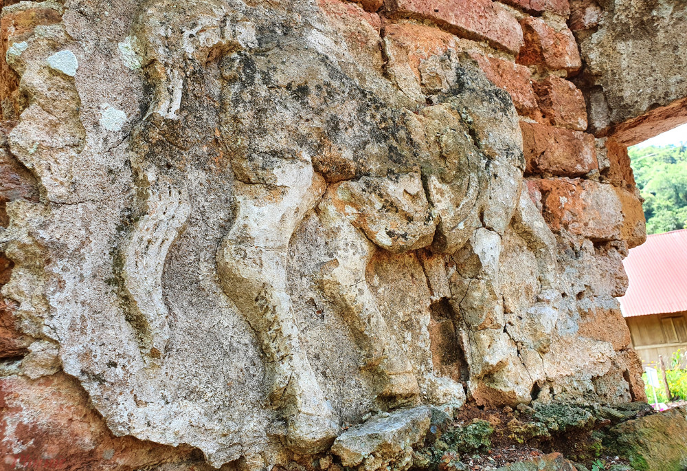 Những bức phù điêu và đường nét hoa văn, họa tiết trên tháp cùng ngày một bị bong gãy và đứt đoạn.