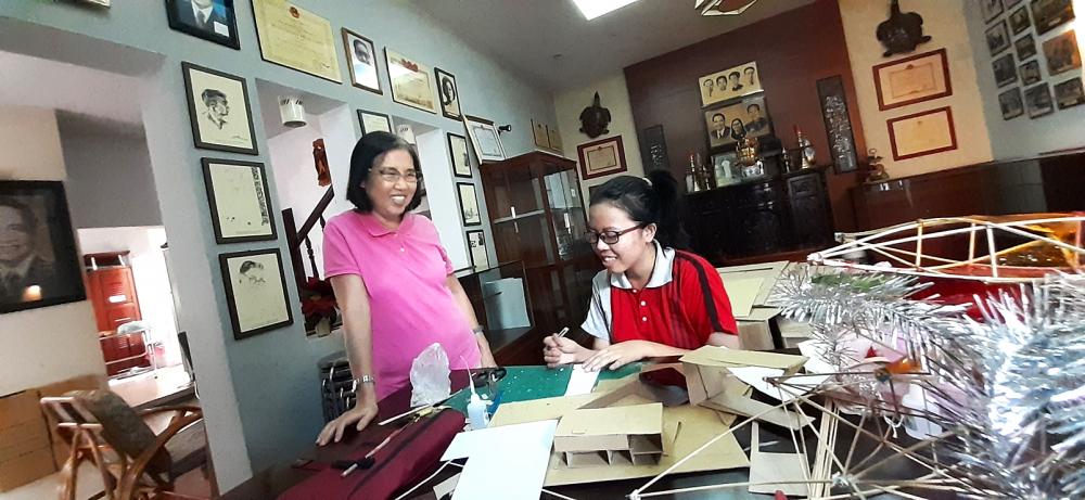 Chị Xuân Thảo và nữ sinh viên Phương Nhi - ảnh: phùng huy
