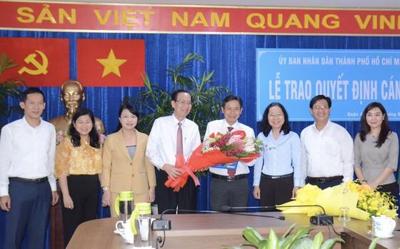 Lê Thanh Liêm, Phó Chủ tịch Thường trực UBND TPHCM tặng hoa chúc mừng đồng chí Lê Văn Chiến